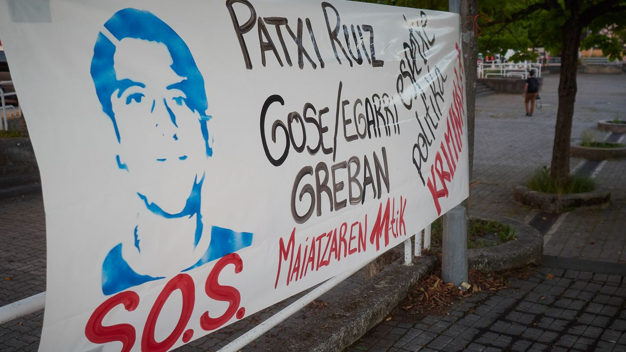 Cartel en apoyo al preso etarra Patxi Ruiz, en huelga de hambre, en Pamplona