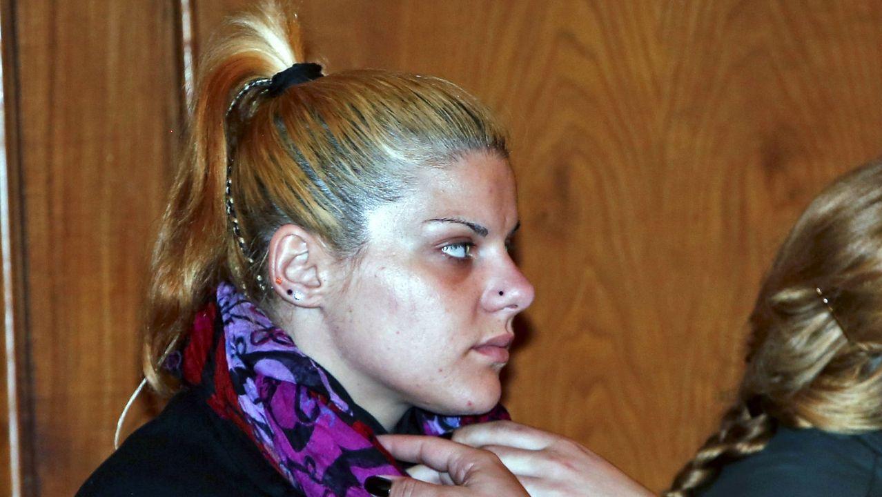 Vitori no está sola: sus vecinos consiguen que se marchen los okupas.Rocío Gondar, una de las dos encarceladas por matar a sartenazos a Secundino, octogenario de Poio en 2016, durante el juicio. Ha aparecido muerta en la cárcel de Mansilla de las Mulas (León)