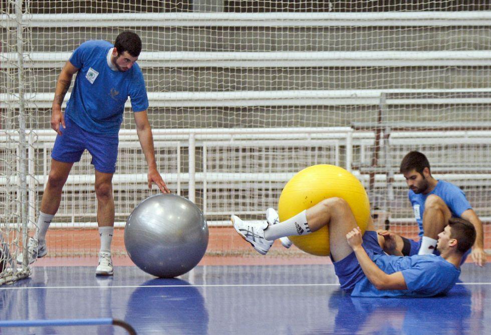 Dorado (izquierda) y Carlos Pombo (acostado) se pierden el partido por diversos problemas físicos.