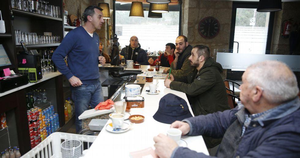 En el bar A Chan, en el centro de Carballedo, la fusión de Cotobade y Cerdedo seguía siendo ayer el principal tema de tertulia.
