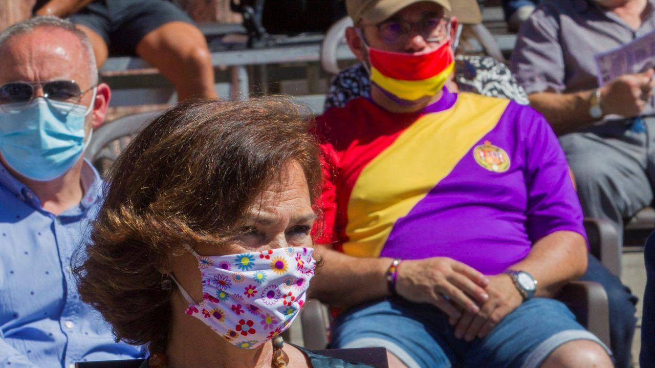 La vicepresidenta primera del Gobierno, Carmen Calvo, asiste al acto de conmemoración del bicentenario del pronunciamiento militar del general asturiano Rafael del Riego, delante de un hombre con una camiseta con los colores de la bandera republicana