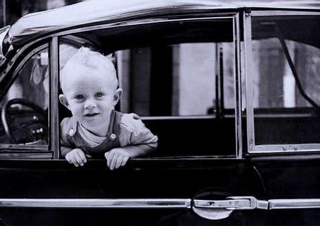 <span lang= es-es >Coches «de pascuas a ramos»</span>. Antonio, con dos años, en uno de esos coches que apenas pasaban por las calles de Carballo.