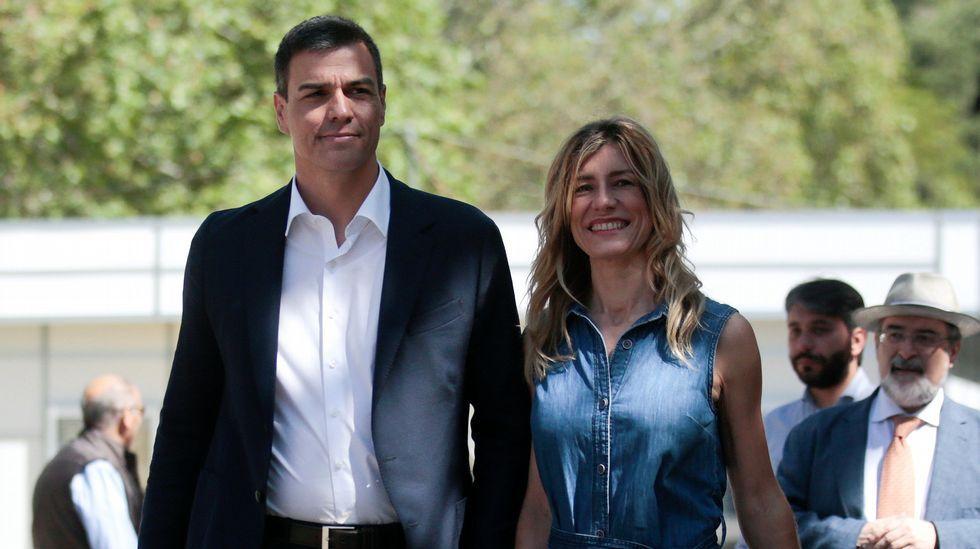 Pedro Sánchez, con su mujer en la feria del libro de Madrid