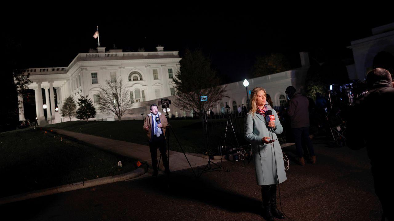 Periodistas siguen la jornada electoral desde el exterior de la Casa Blanca, en Washington