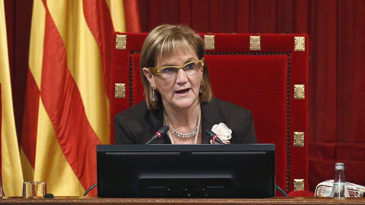 Los reyes eméritos visitan la capilla ardiente de Rubalcaba.Núria de Gispert, presidiendo un pleno del Parlamento catalán