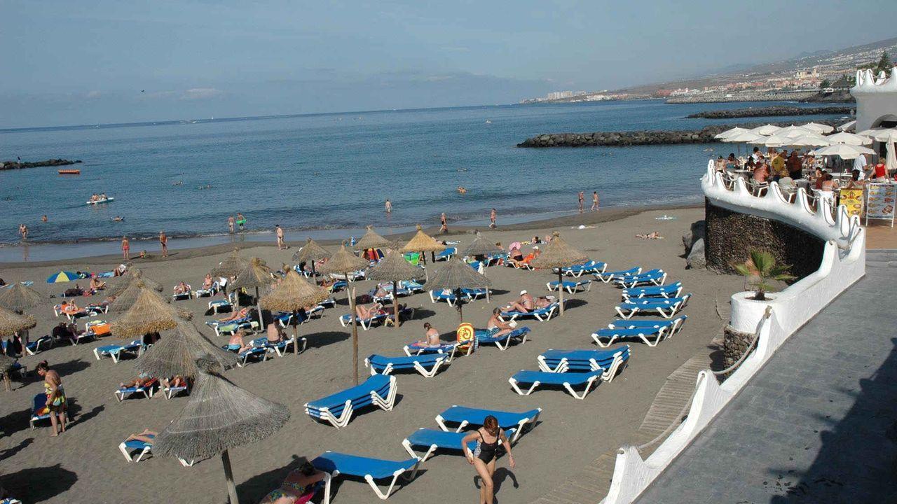 Tumbonas vacías en la playa tinerfeña de Adeje, en las Islas Canarias