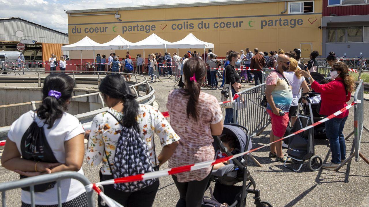Cola en Carouge (Ginebra) para recibir bolsas de alimentos, debido a las necesidades que han aparecido tras la crisis en determinados grupos de trabajadores
