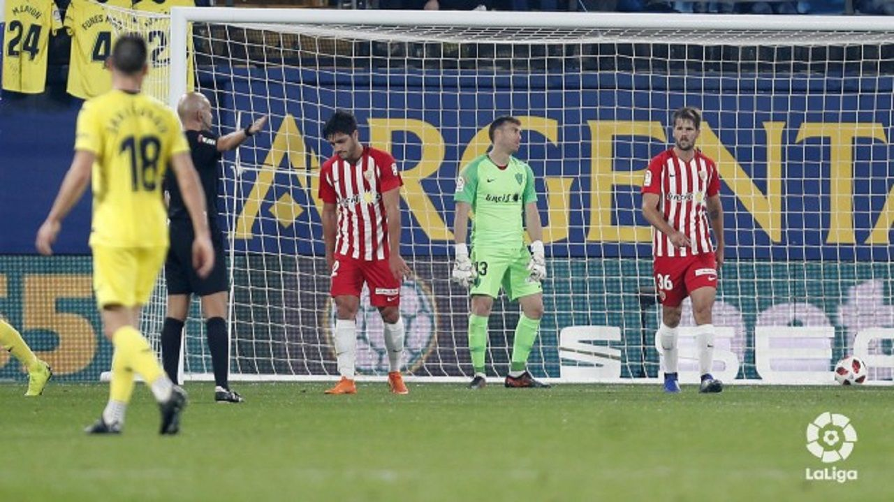 La autopista del Huerna.Jugadores del Almería se lamentan tras un gol del Villarreal