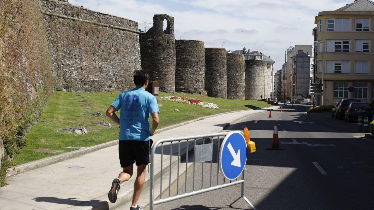 El carril pegado a la Muralla sigue estando acotado para paseos y deporte
