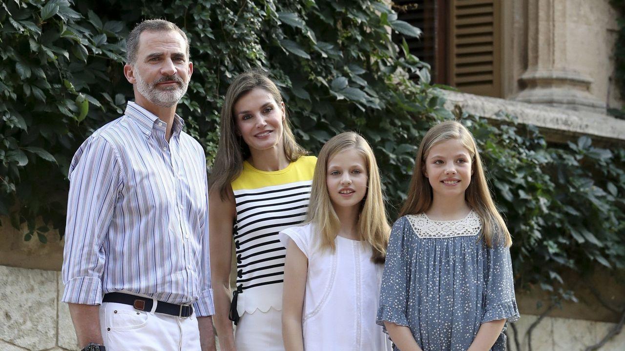 2017. Los Reyes Felipe y Letizia junto a la princesa Leonor (2d) y la infanta Sofía (d) durante el tradicional posado ante los medios gráficos hoy en el Palacio de Marivent