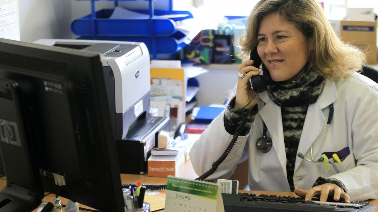 Una doctora de familia atiende por teléfono