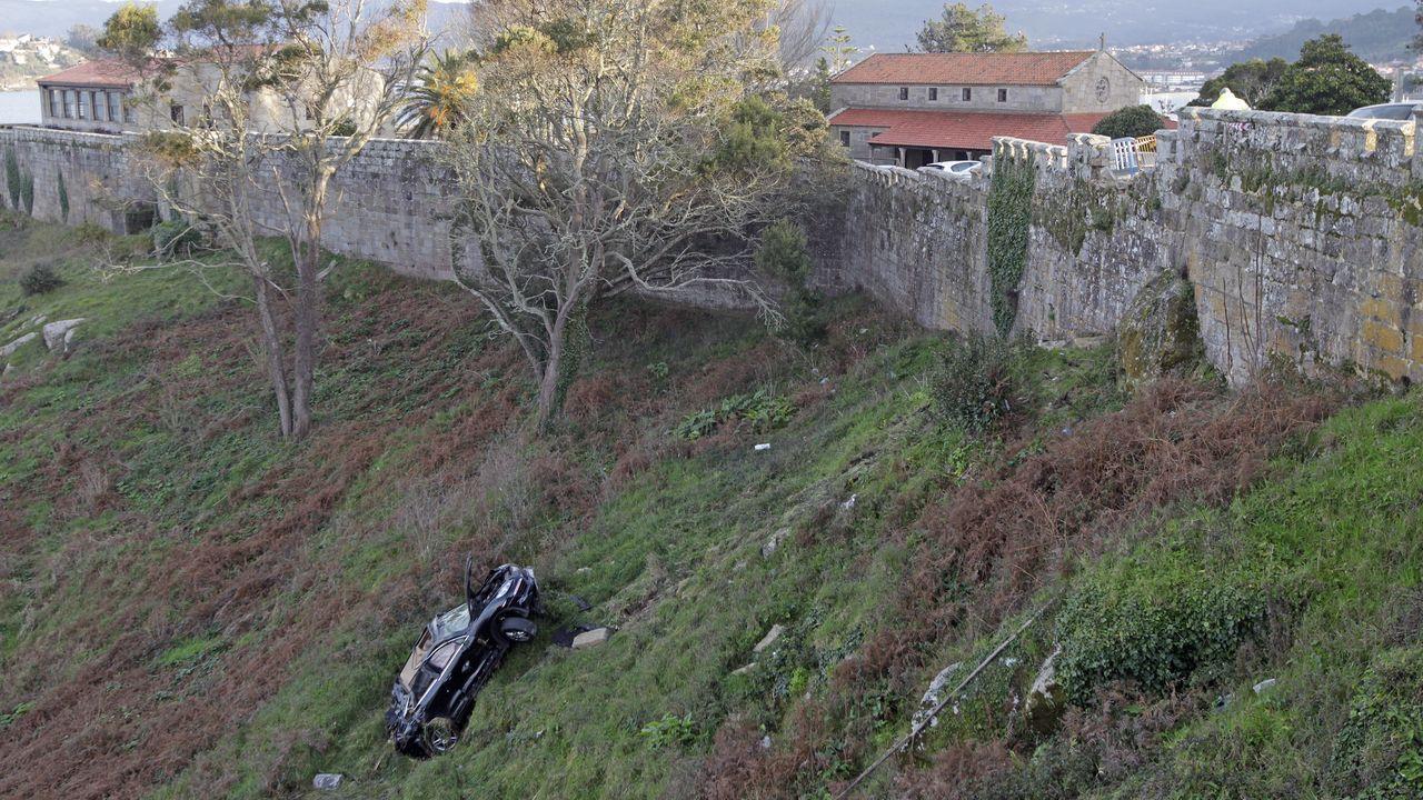 Un incendio calcina una empresa en Narón.El Porsche Cayenne se despeñó el míercoles por una ladera del parador de Baiona. Sus dos ocupantes sobrevivieron al accidente