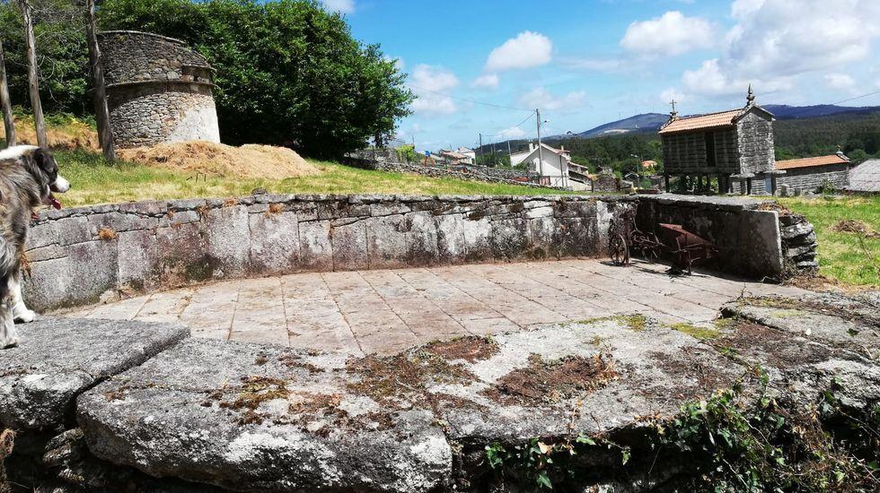 Eira do Carmelo, con pombal e cabazos, en Berdoias.