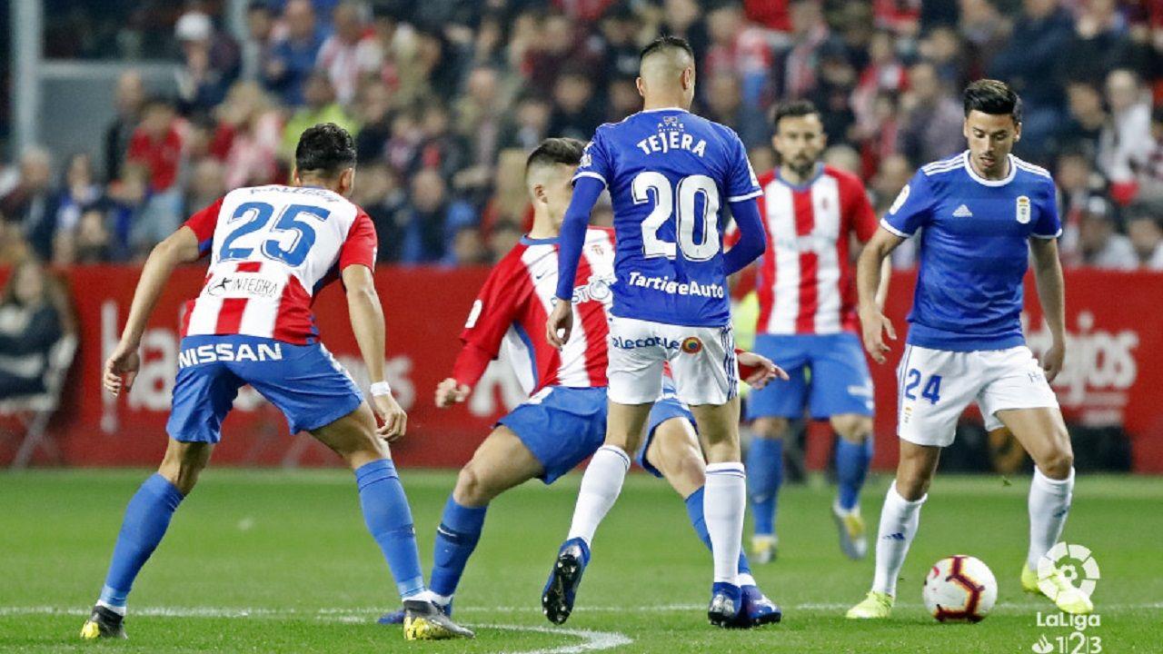 Javi Muñoz controla un balón, con Tejera de espaldas, durante el Sporting-Oviedo