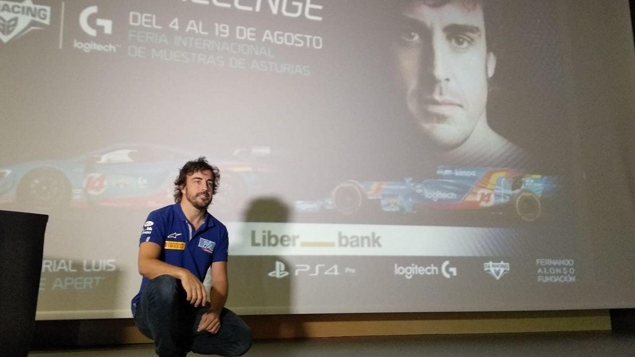 Fernando Alonso y Manuel Menéndez, consejero delegado de Liberbank, antes del inicio de la carrera solidaria.Fernando Alonso