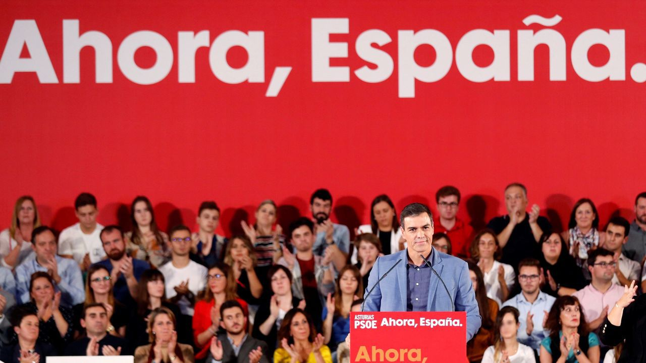 El secretario general del PSOE y presidente del Gobierno en funciones, Pedro Sánchez, en un acto de precampaña  en el polideportivo Corredoria Arena de Oviedo