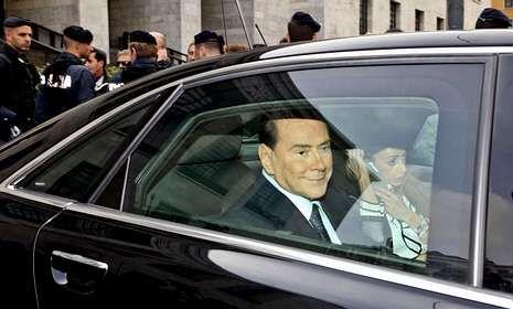La alfombra de los Bafta.Berlusconi abandona el tribunal donde se le juzga por prostitución de menores.