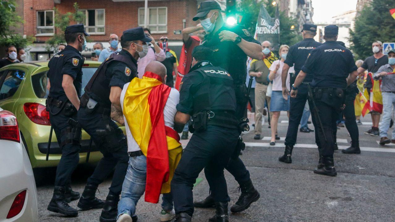 Protestas frente a la sede del PSOE, en la madrileña calle Ferraz