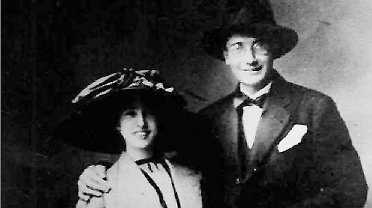 A voda con Virgxinia. Castelao e Virxinia Pereira casaron na Estrada en 1912. Tiveron un único fillo, Afonso Xesús, que morreu antes de chegar aos 15 anos. Ela falecería en Madrid en 1969