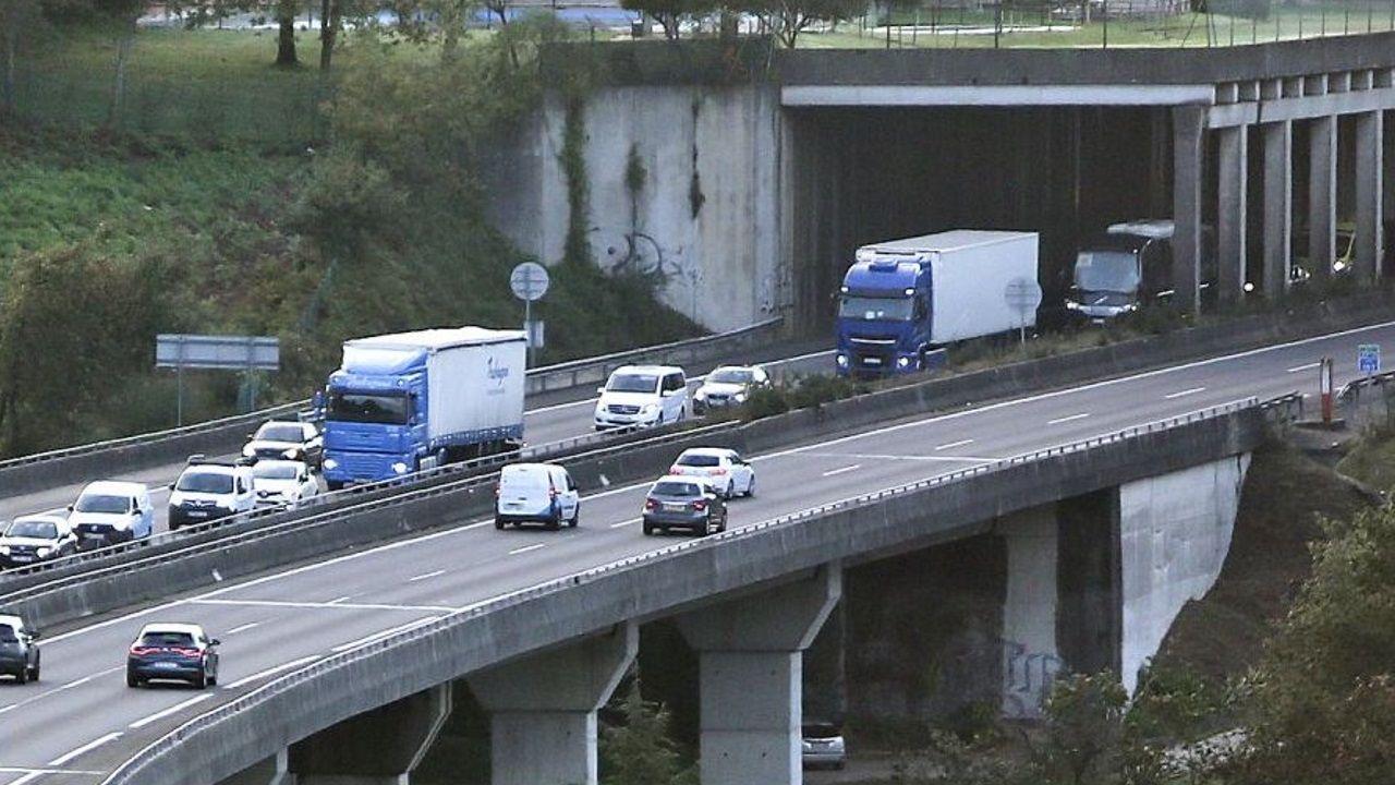 Camiones circulando por la autopista