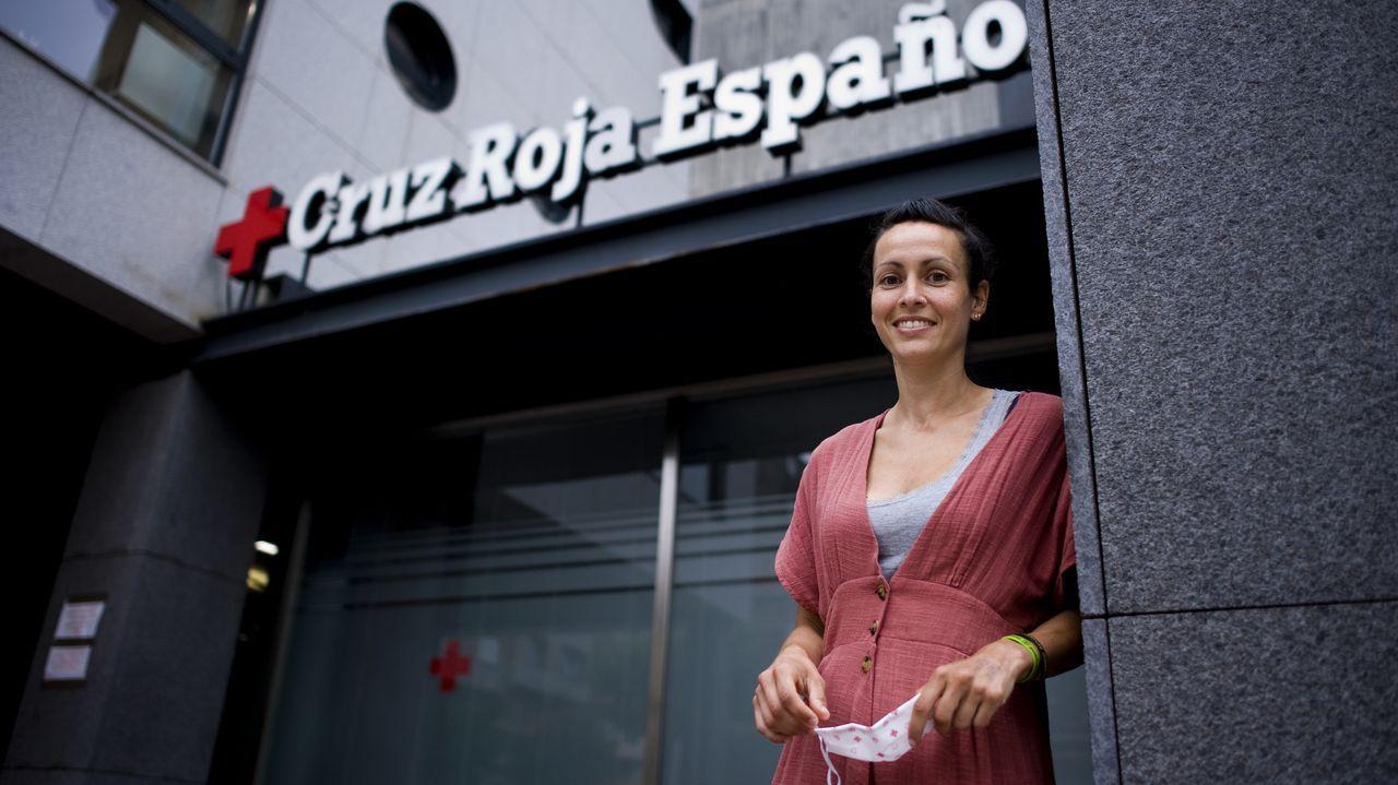 Estefanía Hernández, ante la sede de Cruz Roja, en A Coruña, en donde trabaja