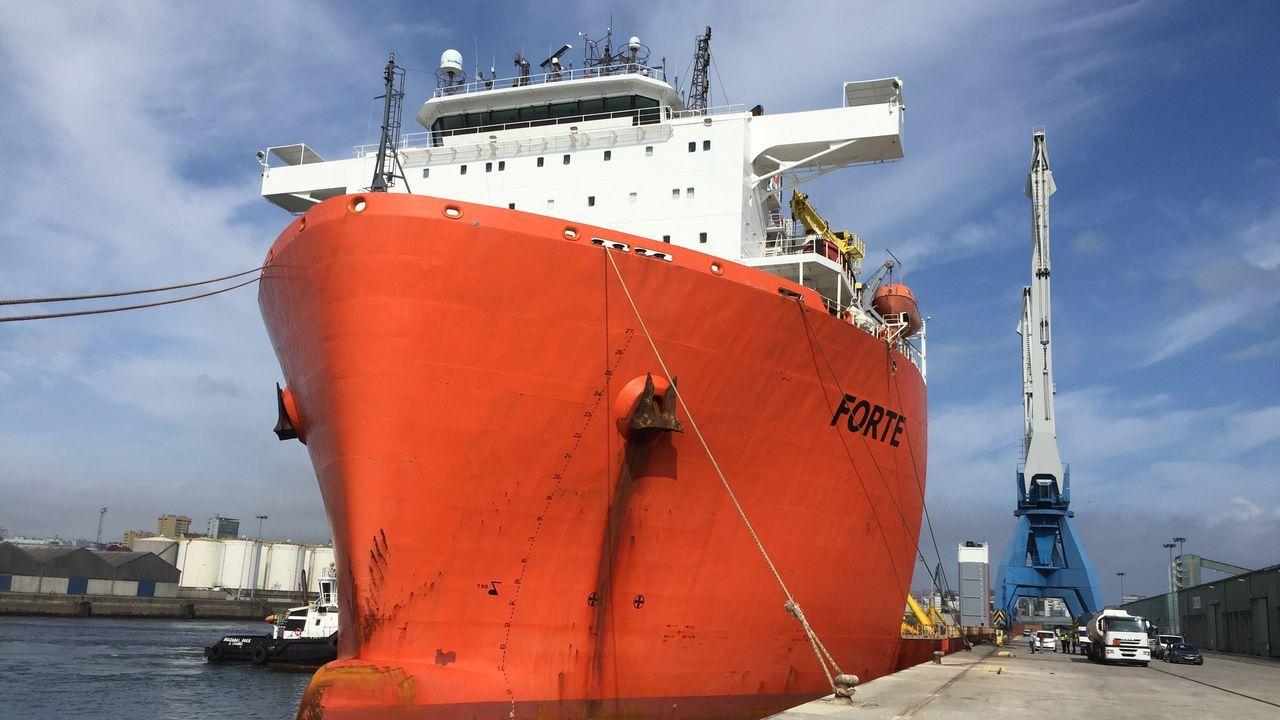 Atraca un buque semisumergible para llevar siete bloques para el puerto de Aberdeen.Pez espada incautado en el Puerto de A Coruña