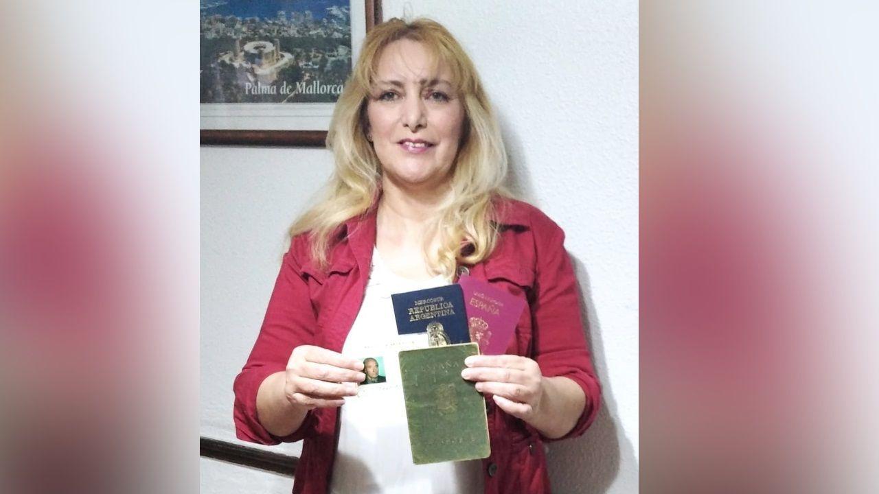 La descarga del Key Discovery en el muelle del Centenario de A Coruña.Patricia López, con la fotografía de su padre y su pasaporte español y argentino