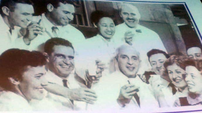 Severo Ochoa celebrando con sus compañeros el telegrama llegado de Estocolmo anunciando el Nobel en 1959