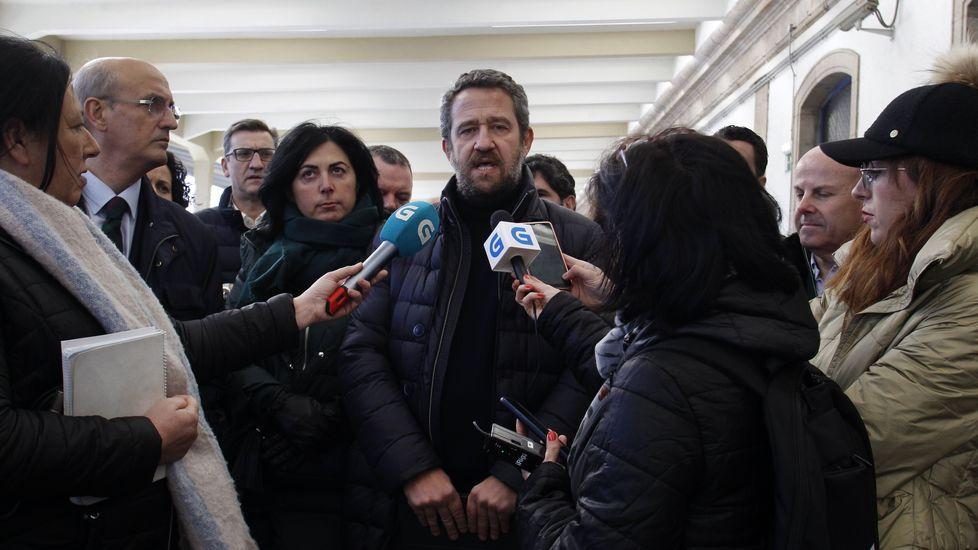 Celso Delgado, Elena Candia y Jaime de Olano (frente a los micrófonos) este domingo en la estación de Monforte