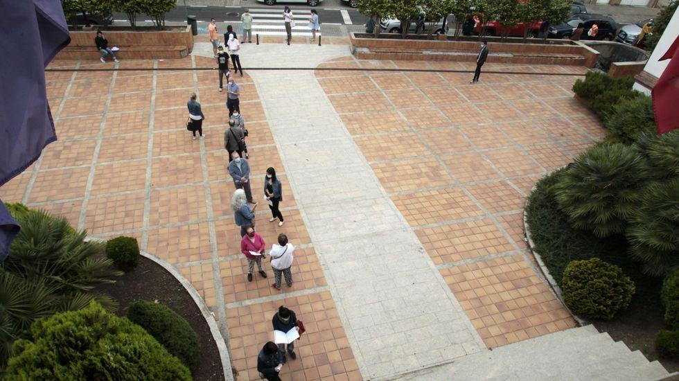 Colas frente al Ayuntamiento de Monforte cuando se abrió el plazo para solicitar los bonos de compra