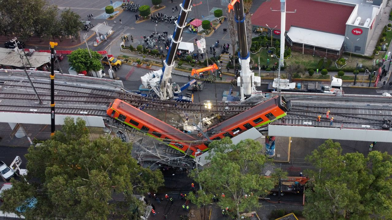 El accidente se produjo al desplomarse una viga que sostenía un puente de la línea 12 del metro de México.