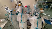 Sanitarios trabajando en la uci covid del CHUO