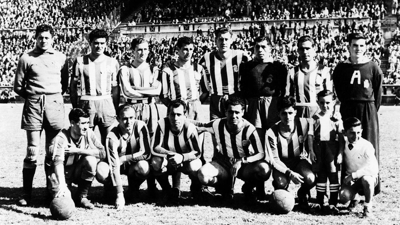 Un joven Carlos Torres, el primer futbolista agachado por la derecha, en un partido entre un Deportivo reforzado por Di Stéfano (segundo agachado por la izquierda, al lado de Arsenio) y el Vasco de Gama