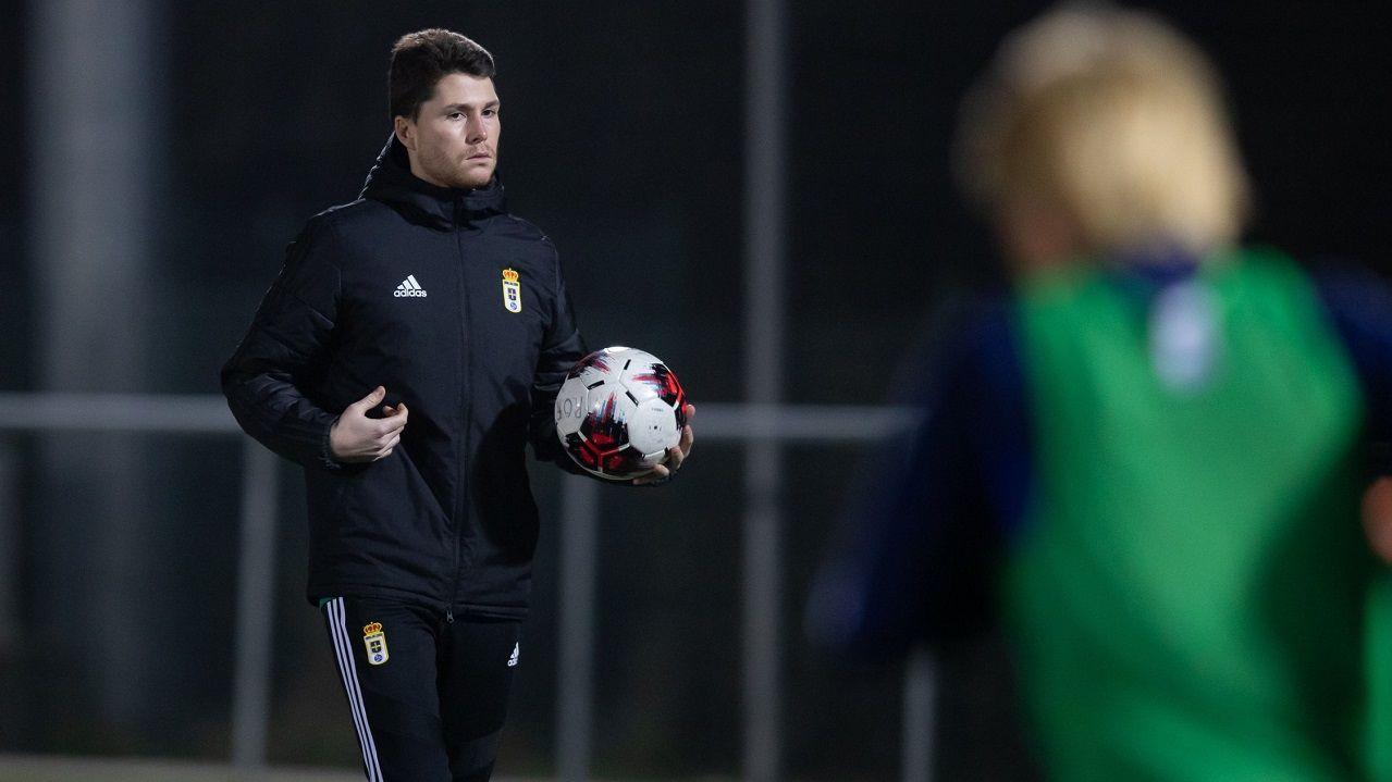 Miguel Méndez, durante un entrenamiento con el Real Oviedo Femenino