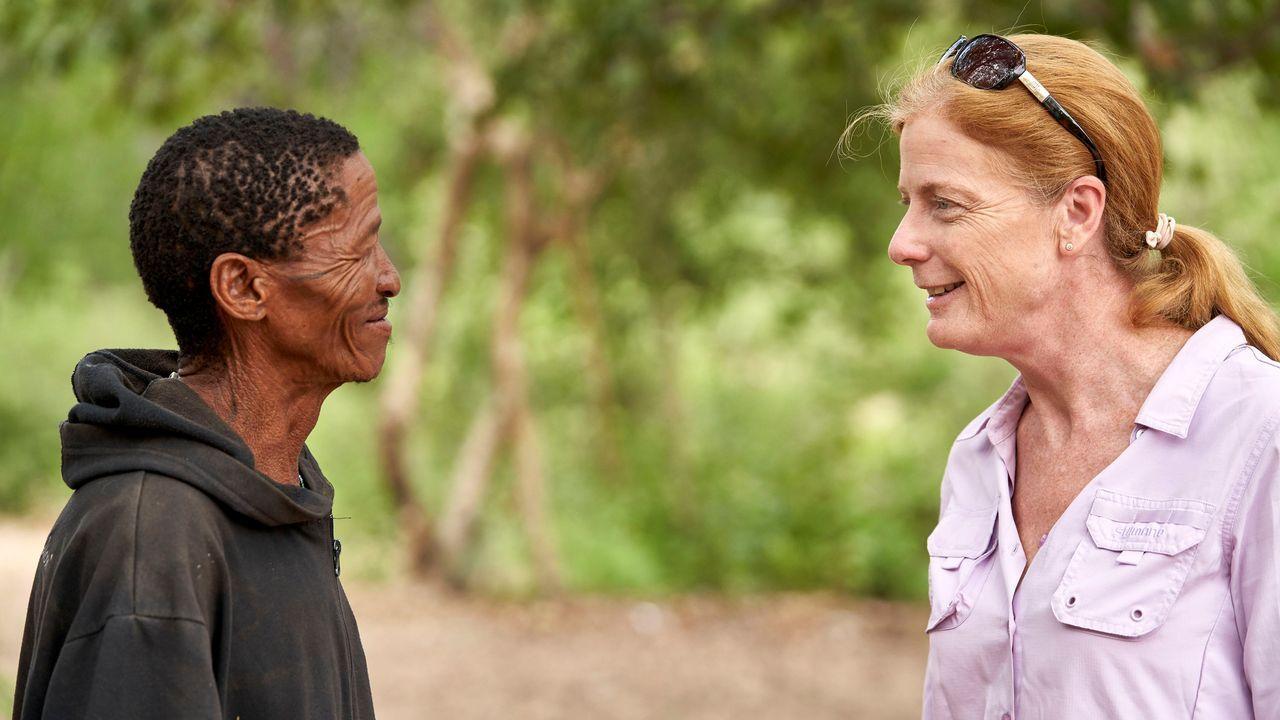 La investigadora Vanessa Hayes, con uno de los miembros de una de las familias que hizo posible el estudio