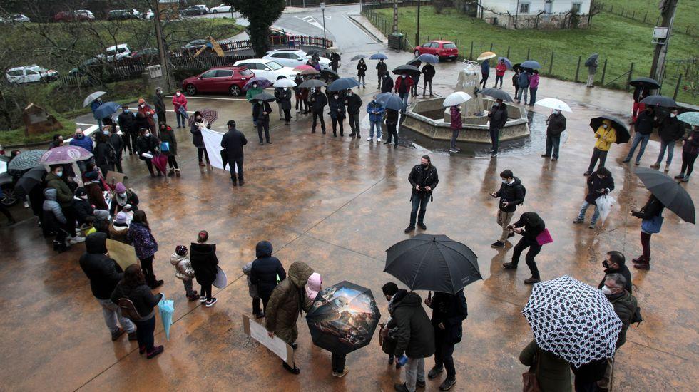 Primeros momentos de la concentración, que se celebró frente al Ayuntamiento de Folgoso
