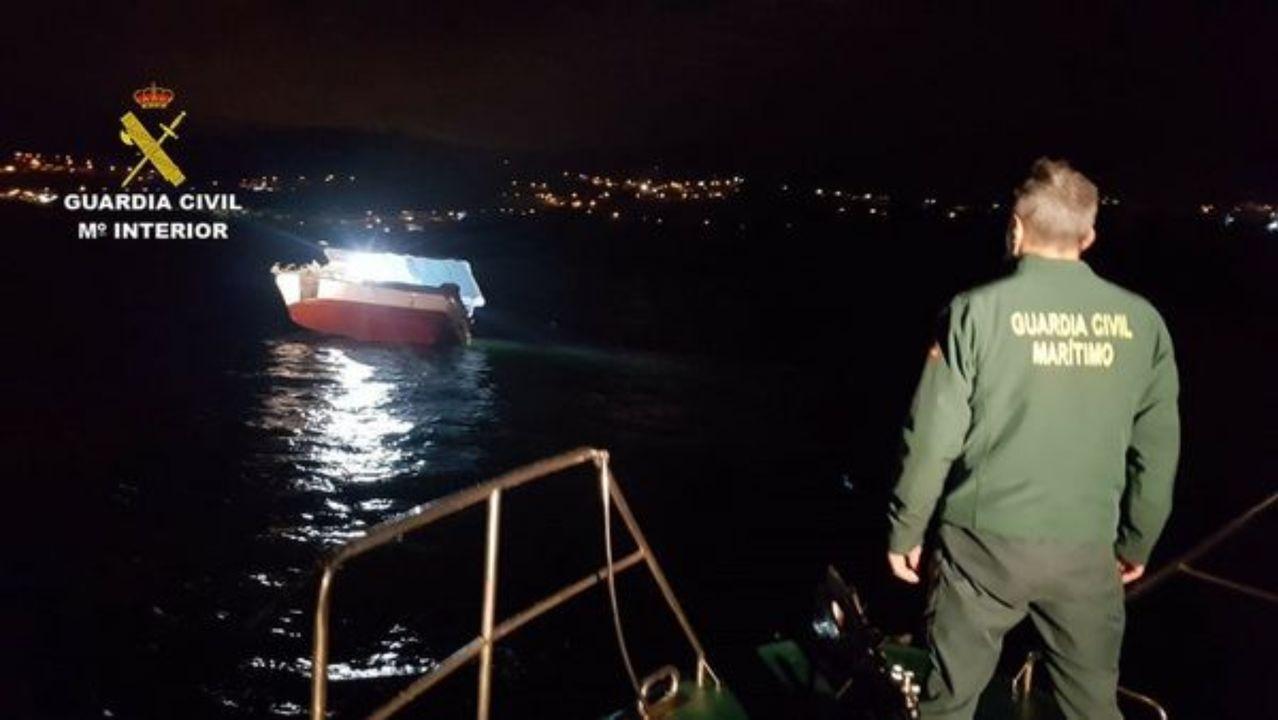 Investigan la aparición de galletas de hidrocarburo en Bastiagueiro.La Guardia Civil alterna estos días de Navidad los controles de tráfico con los de movilidad