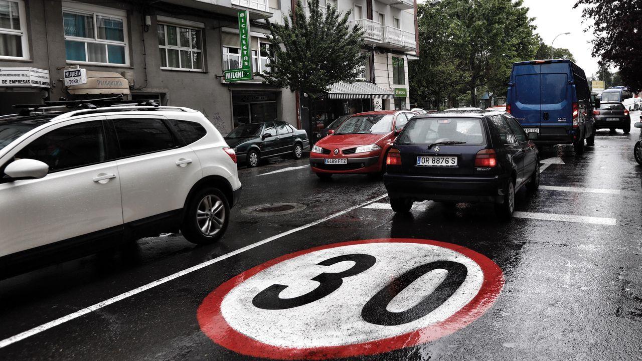 Los 30 km/h mandan en las calles de A Coruña.Señalización horizontal a 30 en calle Pena Trevinca de Ourense