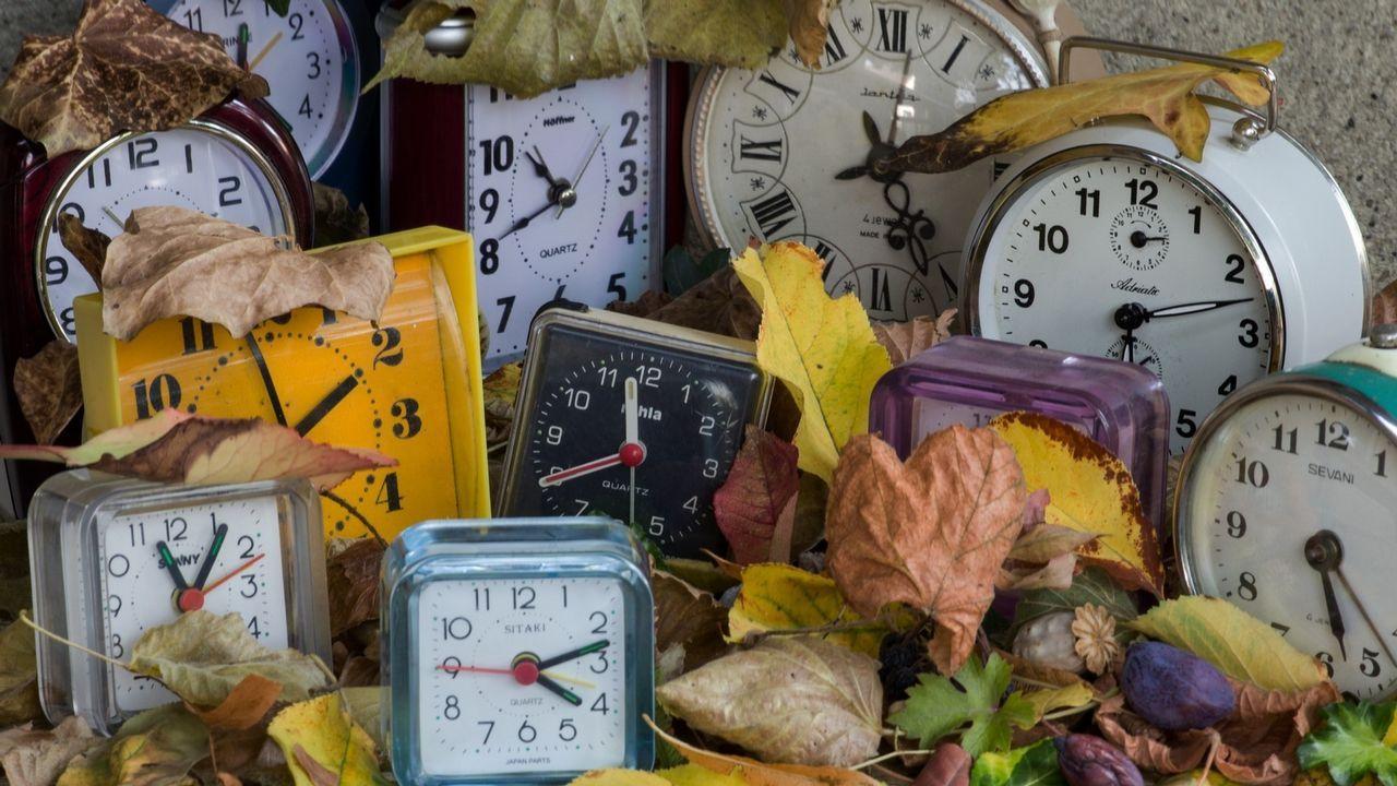 España mantendrá su huso horario actual y cambio de hora estacional.Avión de Vueling despegando de la pista de Alvedro