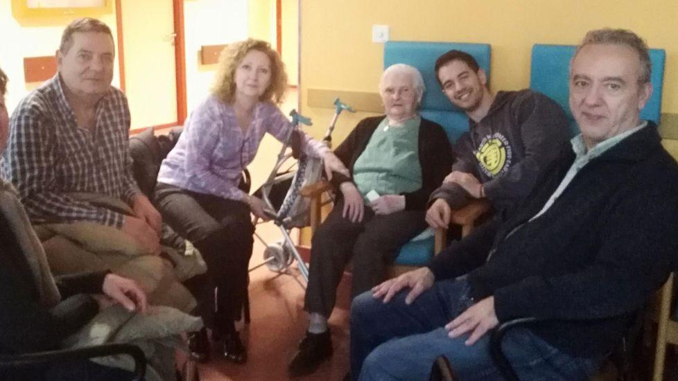 Isolina Bergantiños, con varios familiares, en la celebración de su cumpleaños el año pasado