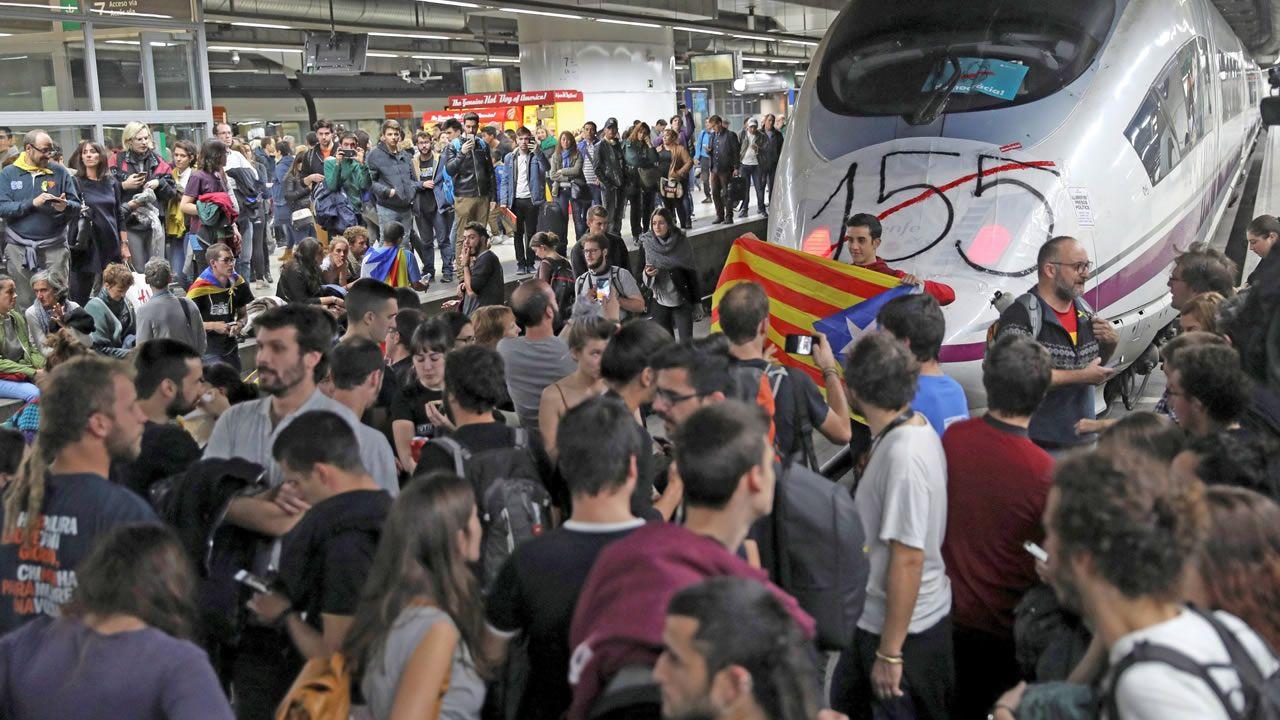 El 8 de noviembre del 2017 varias decenas de manifestantes, la mayoría de ellos estudiantes, cortaron seis vías del AVE de la estación de Sants de Barcelona, en el marco de las protestas con motivo de la huelga general convocada.