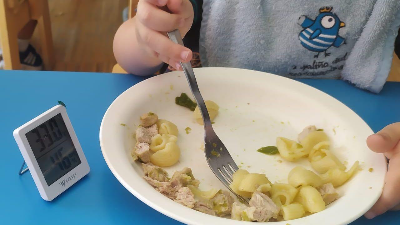 El termómetro marca 33 grados de temperatura durante la comida en la escuela infantil de A Parda, en Pontevedra