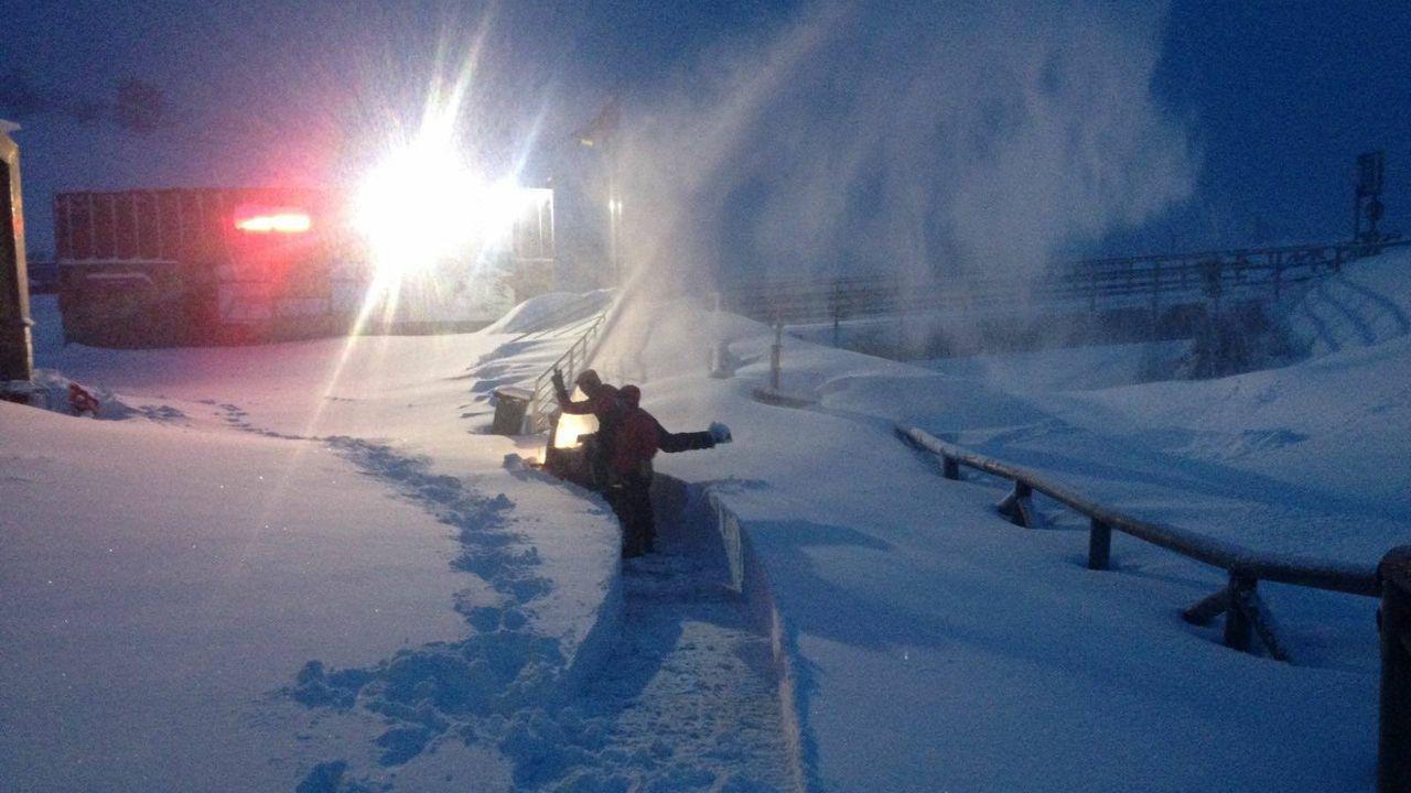 La nieve dificulta el tráfico en la autopista del Huerna.La estación Fuentes de Invierno amanace cerrada