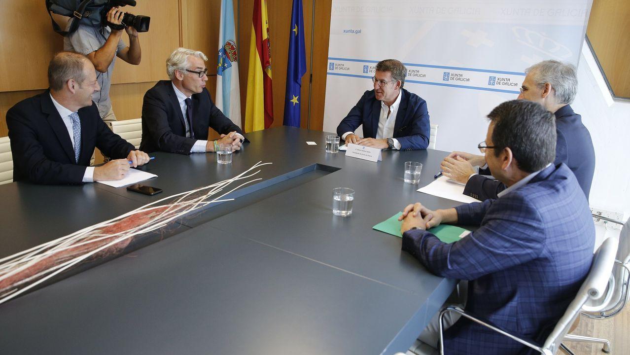 Directivos de Parter, a la izquierda, con el presidente de la Xunta al poco de comprar las fábricas