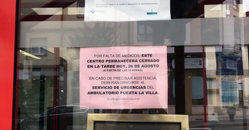 Gijón, sanidad.Cartel que anuncia el cierre de un centro de salud por falta de médicos