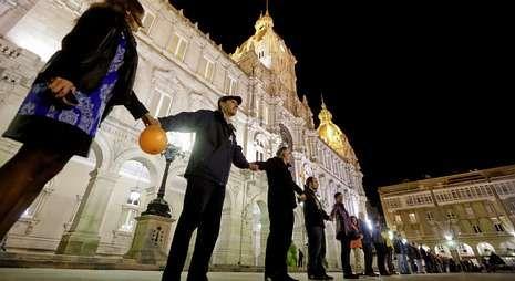 <span lang= es-es >Cadena humana</span>. En varios municipios españoles, entre ellos el de A Coruña, en la foto, vecinos y sindicatos organizaron ayer concentraciones contra la reforma de la Administración local.