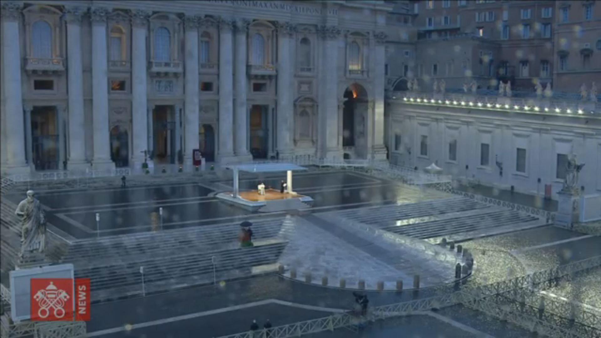 Extraña imagen de labendición del papaen una plaza de San Pedro vacía.Numerosos rostros conocidos participan en la campaña de concienciación.