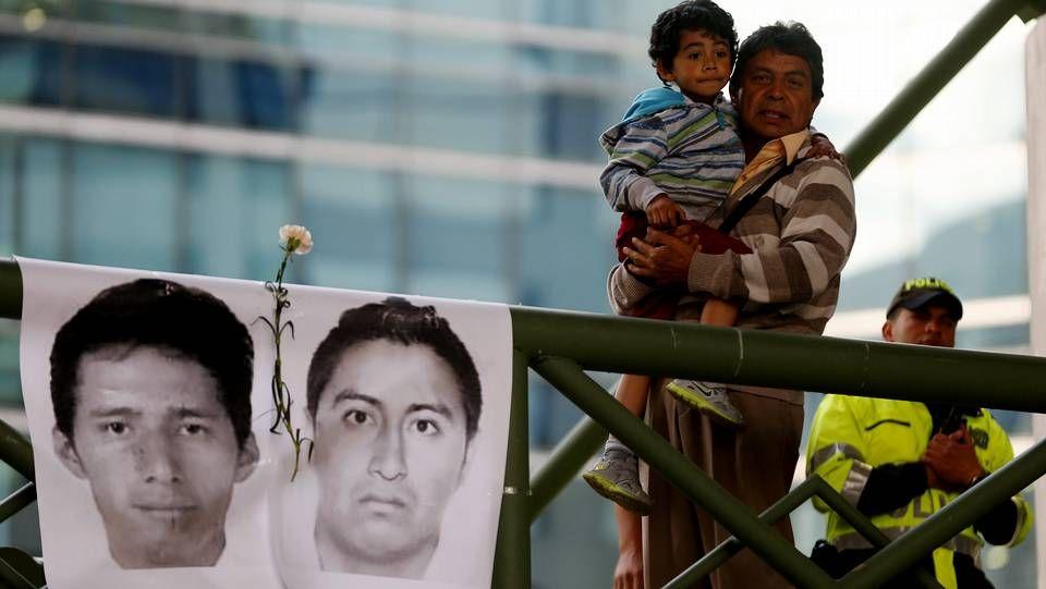 Policía y autodefensas siguen buscando a los desaparecidos, pese al anuncio del fiscal.