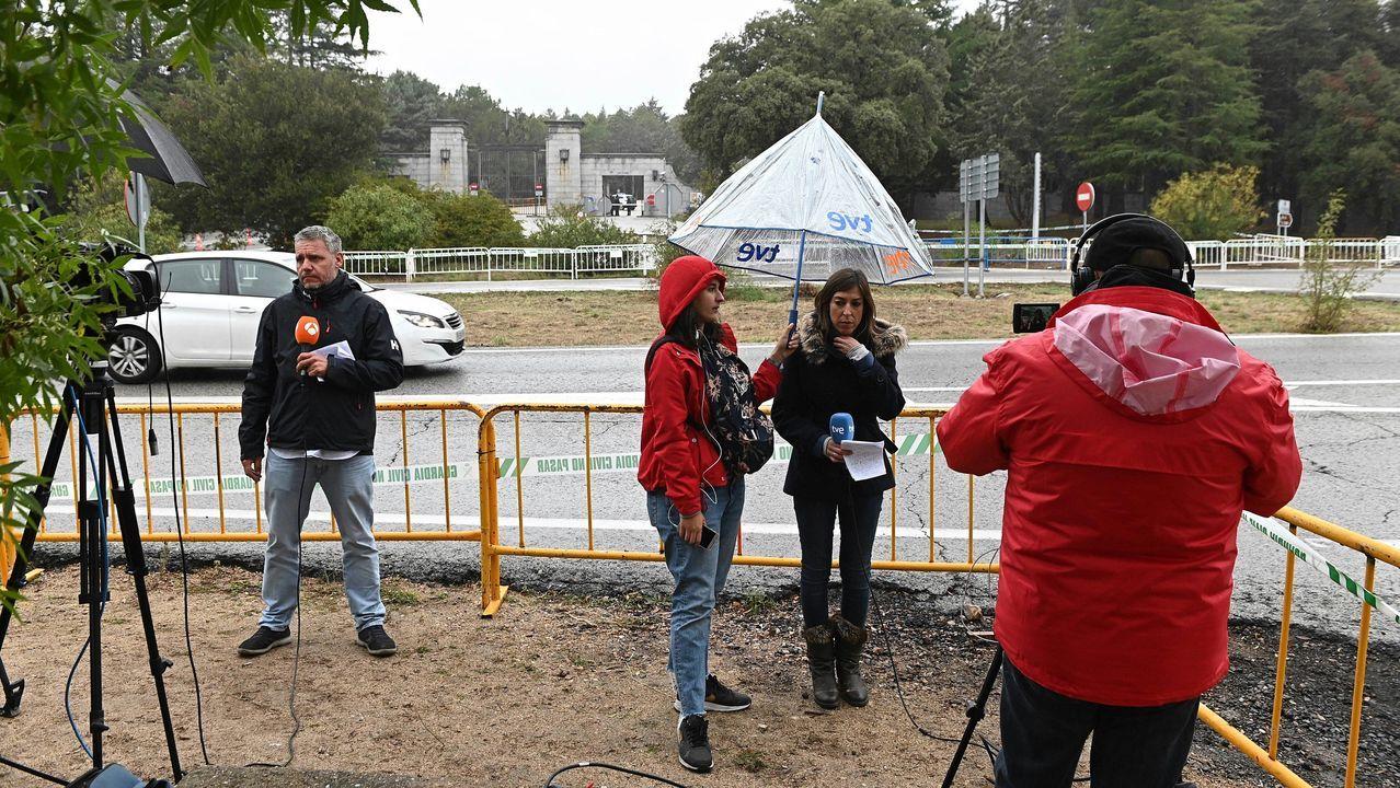 Trabajadores de los medios de comunicación a la entrada de el Valle de los Caídos este miércoles, un día antes de la exhumación de los restos de Francisco Franco
