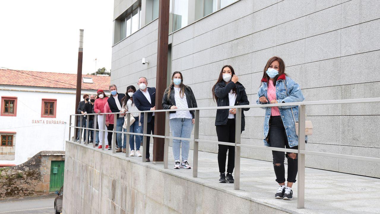 Alumnas y representantes de la corporación tras el acto de clausura del curso